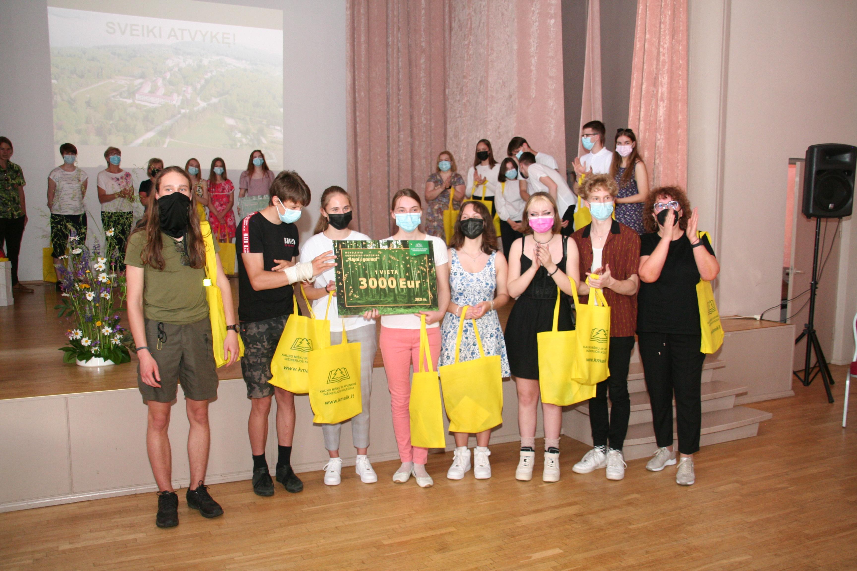 """Buvo apdovanoti """"Atgal į gamtą"""" konkurso nugalėtojai: moksleivių žinios maloniai nustebino"""